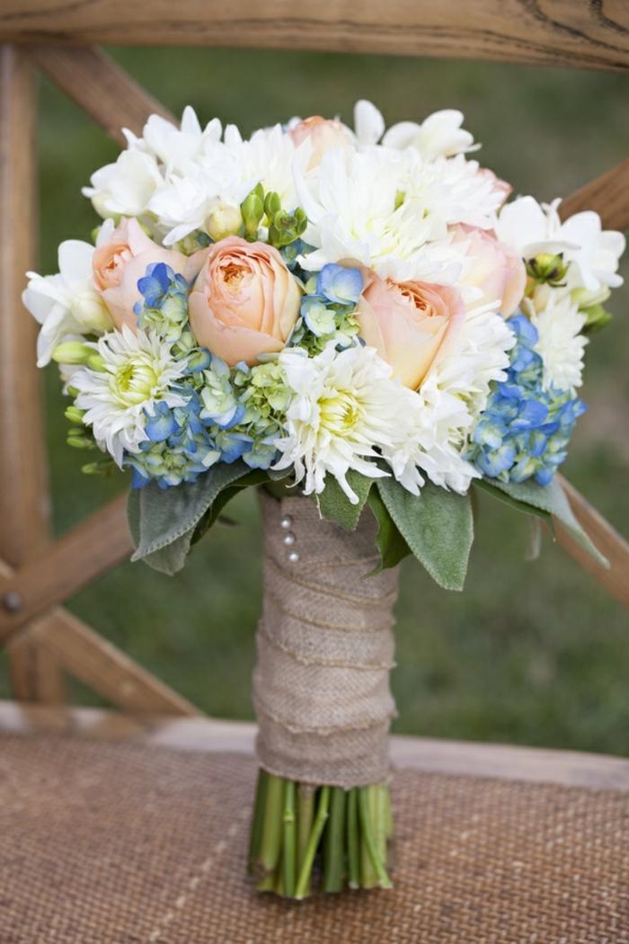 hortensias, chrysanthèmes et roses en bouquet élégant avec toile de jute, bouquet de mariée sympa