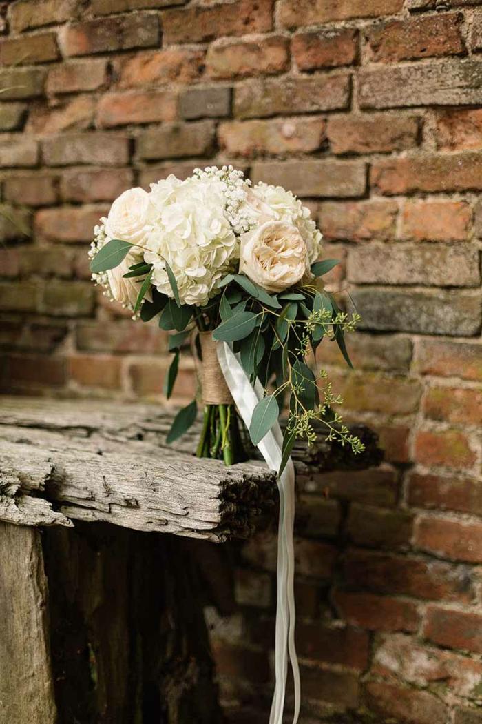 bouquet design rustique pour le mariage bohème, arrangement floral simple et original