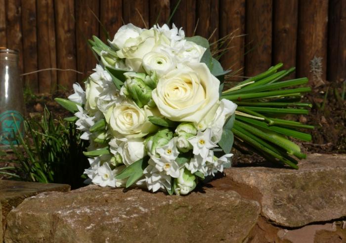 bouquet de roses blanches, comment composer un bouquet champêtre, bouquet de fleurs blanches