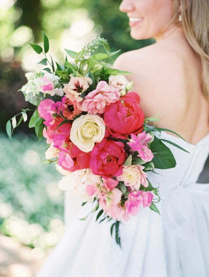 bouquet printanier pour mariée boho, roses et pivoines arrangées avec feuillage