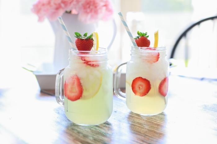 idée comment servir une citronnade maison au jus de fruits avec tranches de fraises et citron dans un pot cocktal en verre