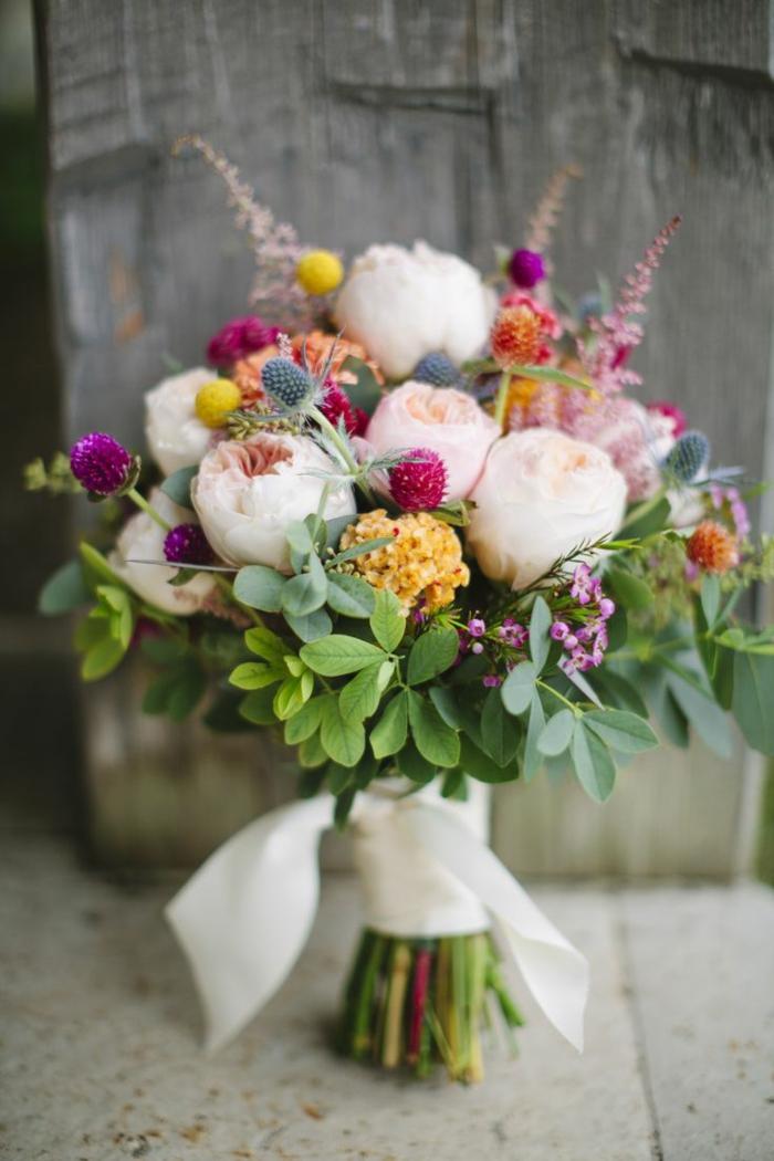 bouquet de mariée pivoine, petit bouquet rustique avec des fleurs cueillies dans les prés