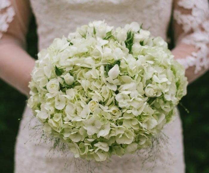 bouquet avec hortensias blanches forme ronde, joli bouquet mariée style champêtre
