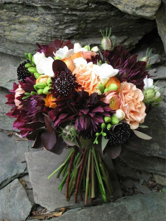 fleurs oranges et pourpres arrangées en bouquet champêtre, fleurs rustiques