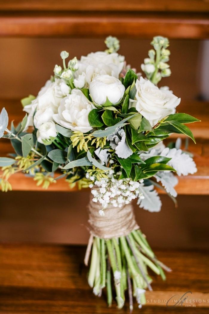 bouquet champetre avec roses blanches et feuilles de laurier, gypsophille et ficelle de jute