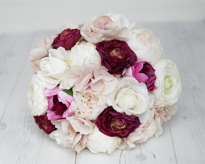 petit bouquet de mariée rond, bouquet mariée pivoine et roses rustiques forme ronde