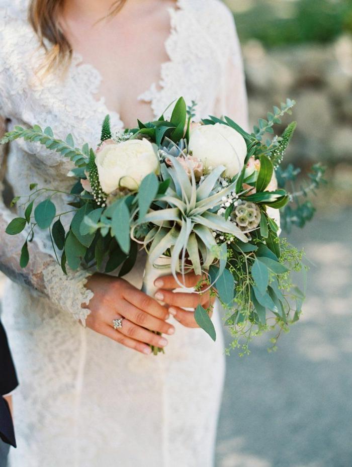 bouquet vert champêtre chic avec plusieurs brins verts et quelques roses blanches
