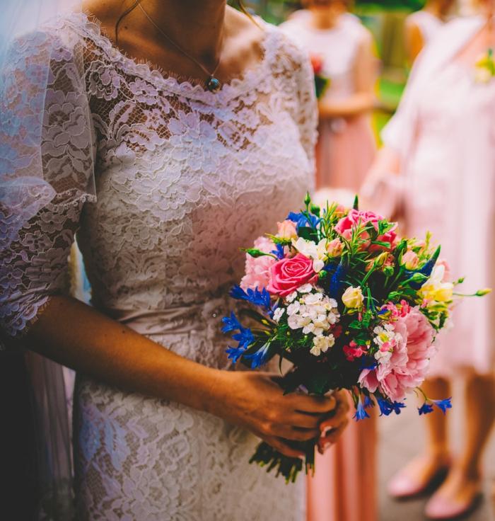 bouquet fantastique avec des roses et de petites fleurs blanches et bleues