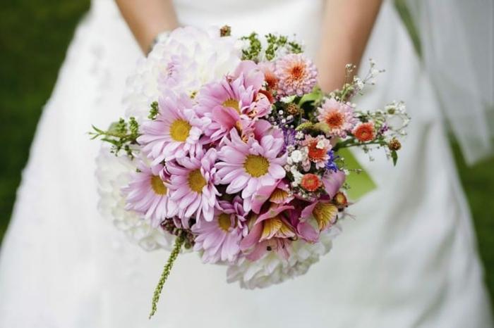 bouquet champetre style minimaliste et humble, bouquet fleurs roses, bouquet de mariée rond