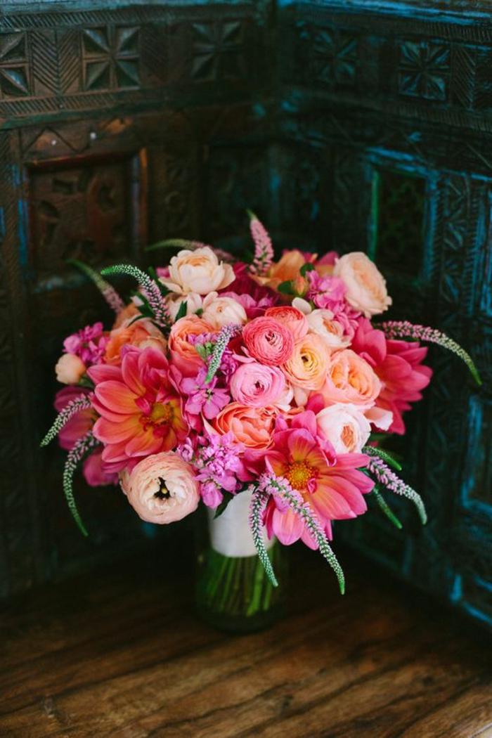 bouquet de mariée en rose et orange avec jolies fleurs et brins décoratifs