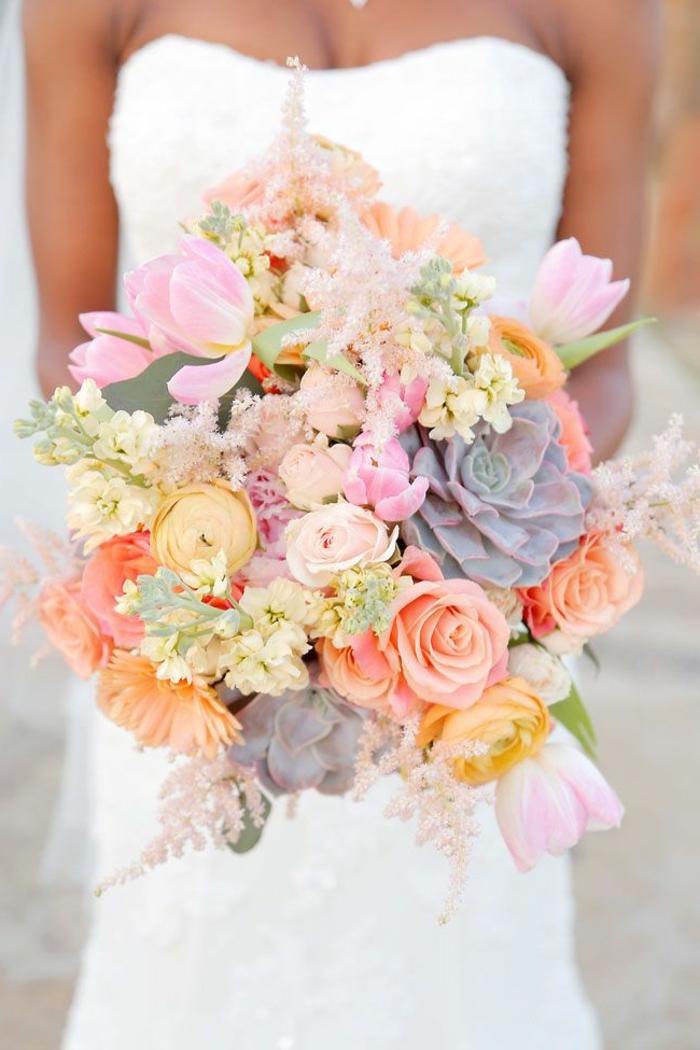bouquet-mariée-champetre-chic-pivoines-roses-et-succulentes-robe-de-mariée-bustier