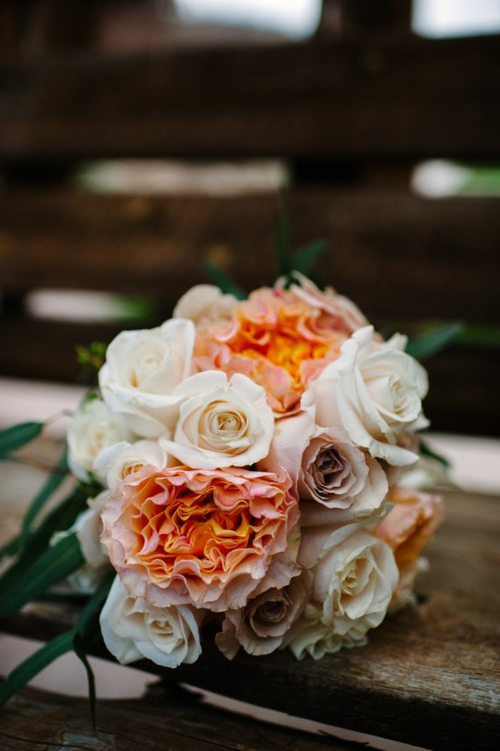 bouquet rustique de roses, bouquet de mariée rond, bouquet style champetre qui sublime la mariée
