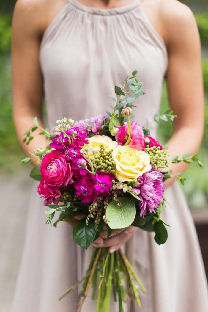bouquet de mariée champetre chic, roses rustiques roses et jaunes, feuilles vertes