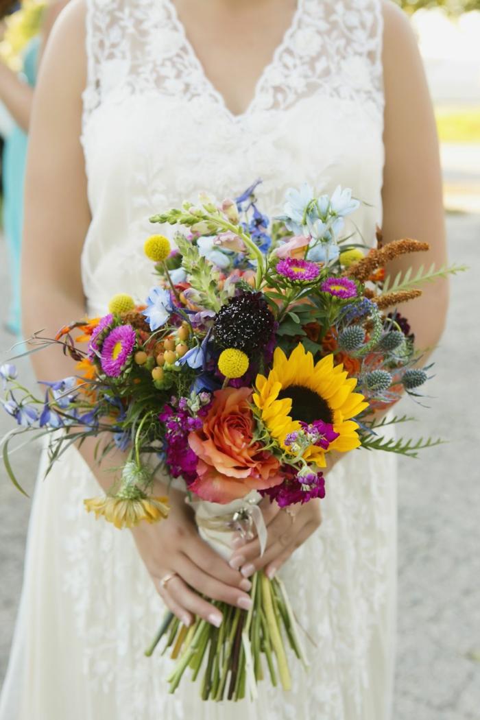 bouquet sauvage avec des marguerites et des tournesols décoré d'épi et de plantes ornementales