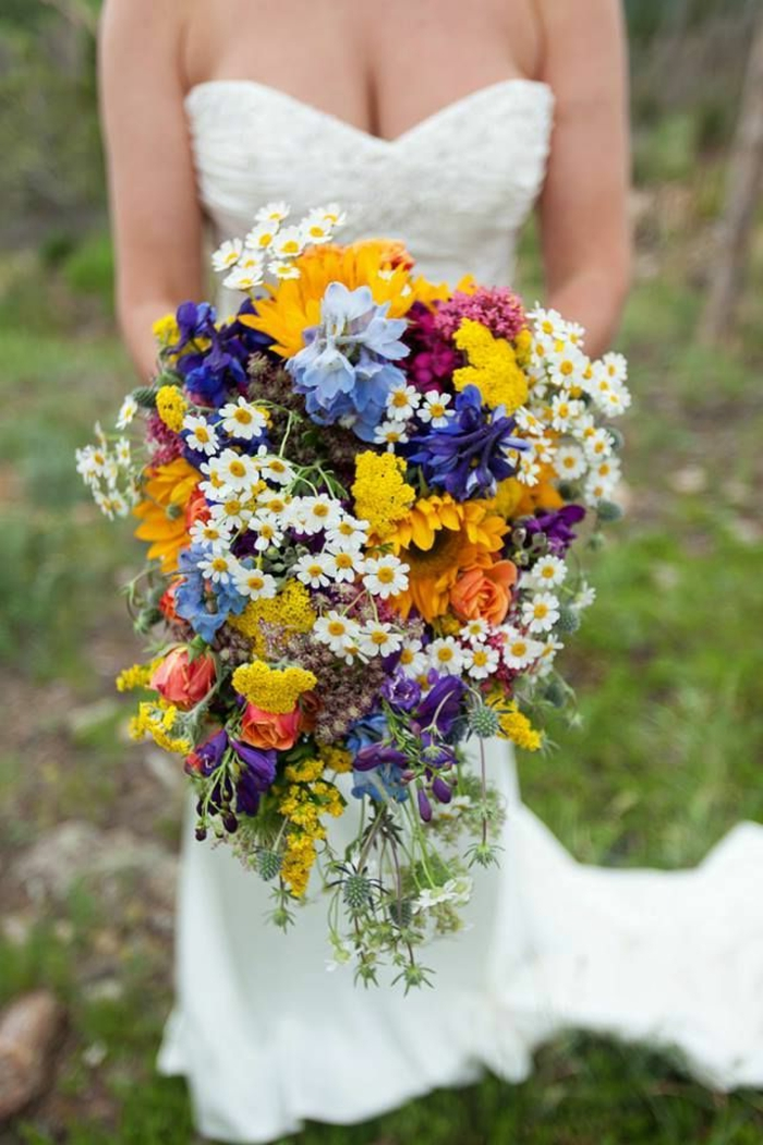 bouquet de mariée cascade, plusieurs espèces jolies en bleu, blanc et jaune