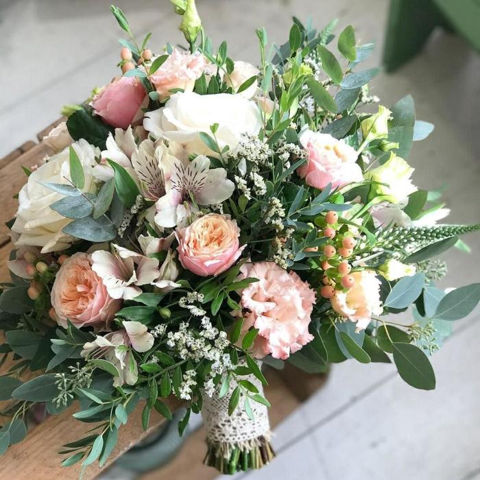 bouquet de mariée original, roses, feuilles d'eucaliptus et gypsophile, arrangement floral rustique