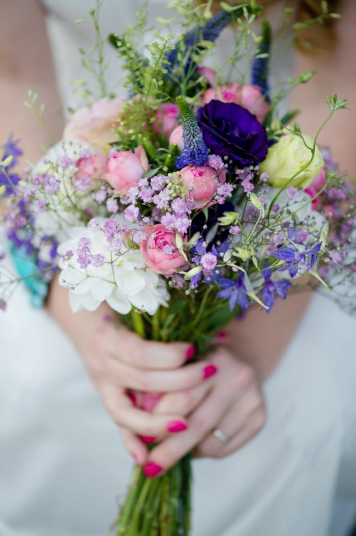 bouquet de mariée humble en différentes couleurs, fleurs lilas, roses et blanches