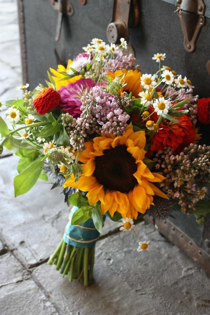 décoration florale bouquet, tournesols, lilas, marguerites et plusieurs espèces des prés
