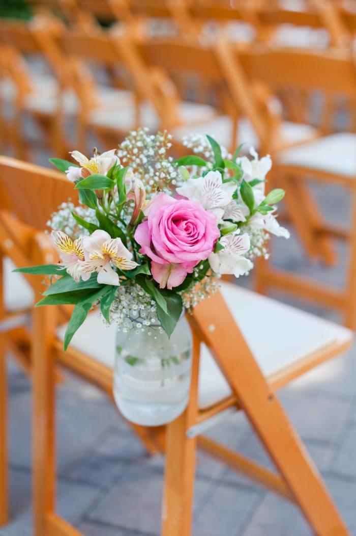 bouquet de fleurs blanches et d'une rose, joli bouquet de fleurs naturelles