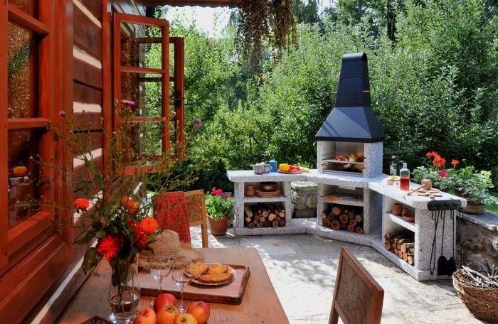 modèle de rangement ouvert en béton pour cuisine ete dans la cour arrière, façade maison rouge avec volets,