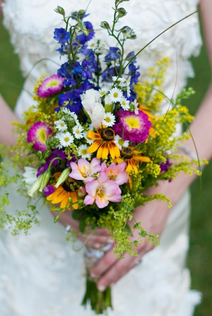 bouquet de mariée champêtre avec des fleurs cueillies dans les prés, bouquet printanier sauvage