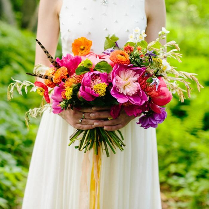 bouquet de fleurs campagnardes en rose et orange, tenue de mariée hippie chic