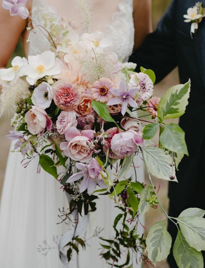 fleurs et plantes sauvages arrangées en bouquet en couleurs blanches roses et mauves