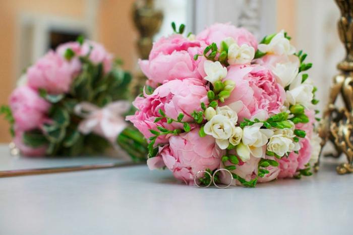 bouquet fantastique avec pivoines, fleurs blanches et garniture verte pour décorer la cérémonie du mariage