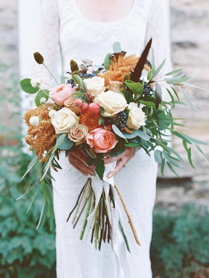 bouquet de mariée contenant des roses, épis, nerprun et plusieurs feuilles vertes