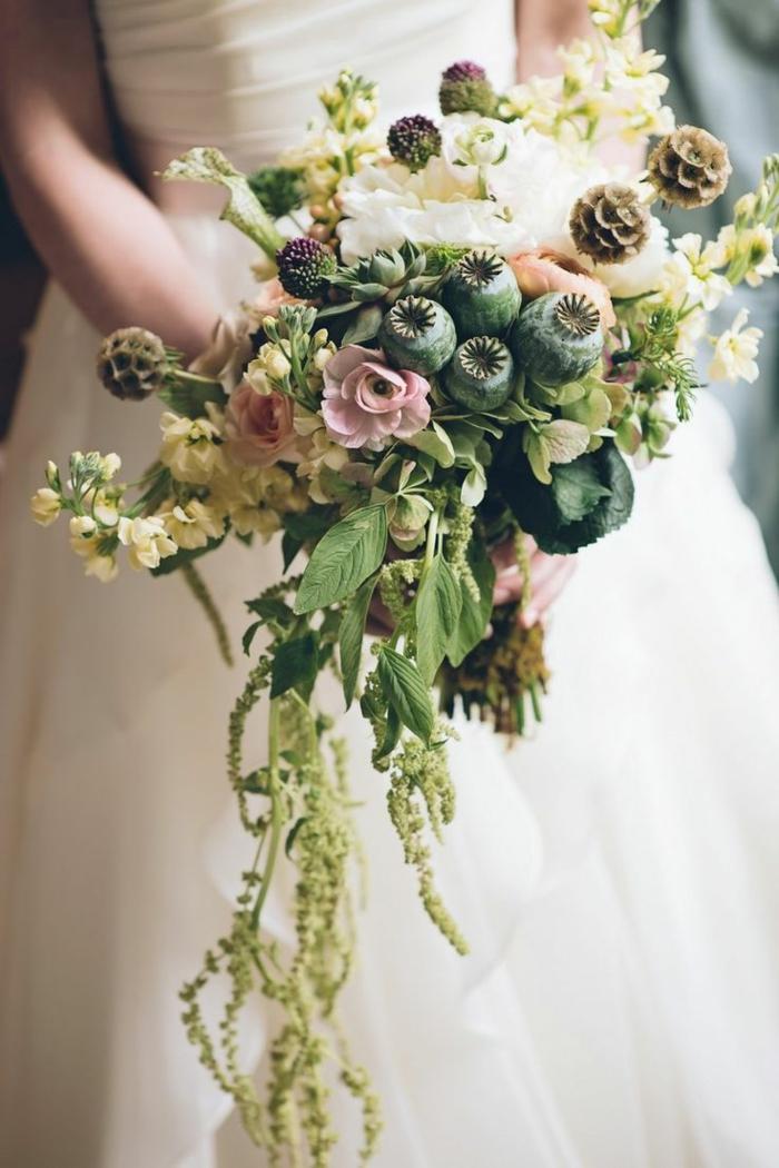plantes sauvages assemblées et arrangées en bouquet, bouquet de mariée cascade