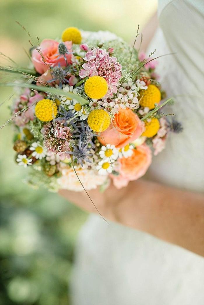 petit bouquet de mariée aux fleurs délicates, brins verts décoratifs, marguerites