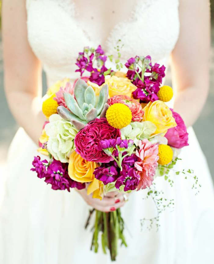 bouquet en couleurs contrastantes avec des roses jaunes et pourpres, succulentes