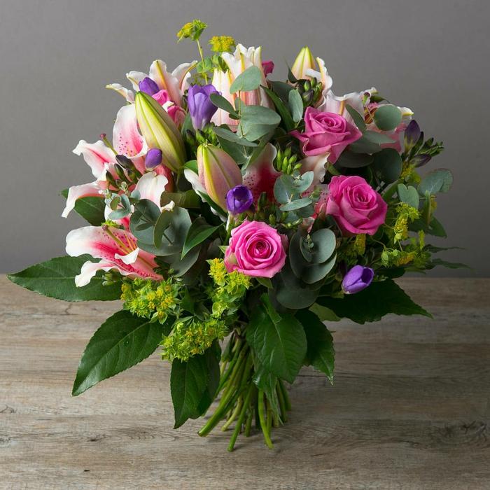 bouquet rond de mariée avec des fleurs champêtre, bouquet à une beauté naturelle