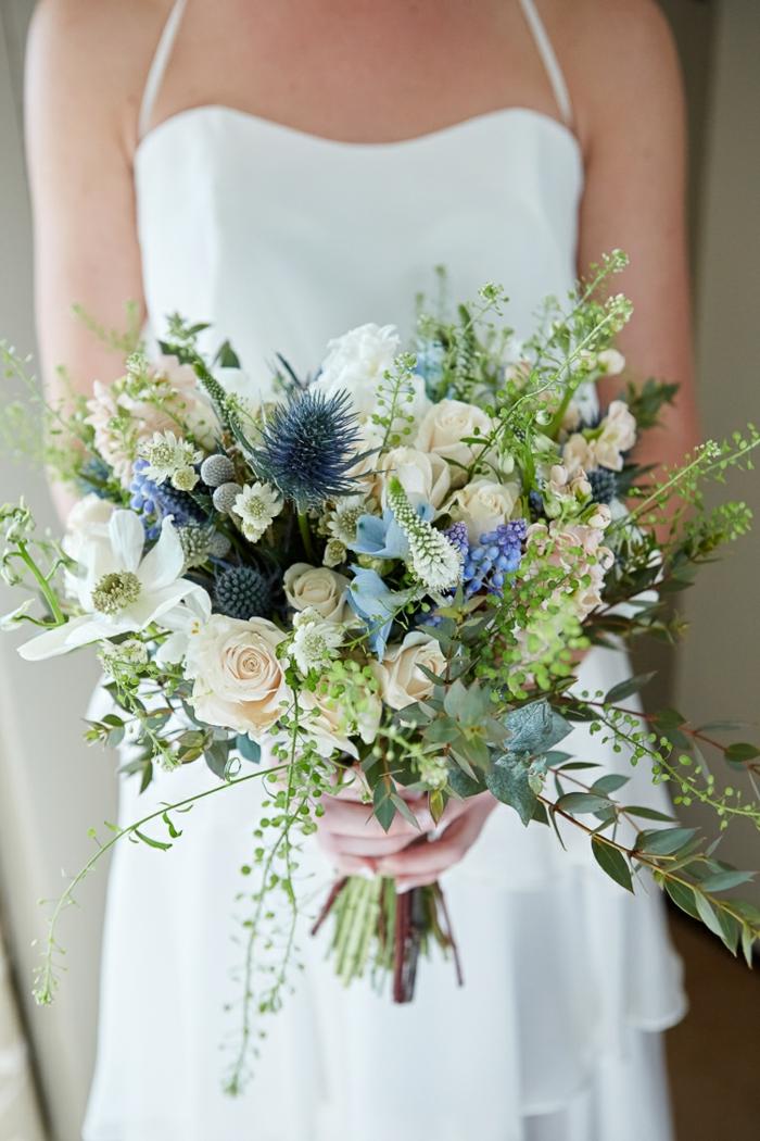 bouquet champêtre en bleu et blanc, brins de plantes provençales simples comme décoration