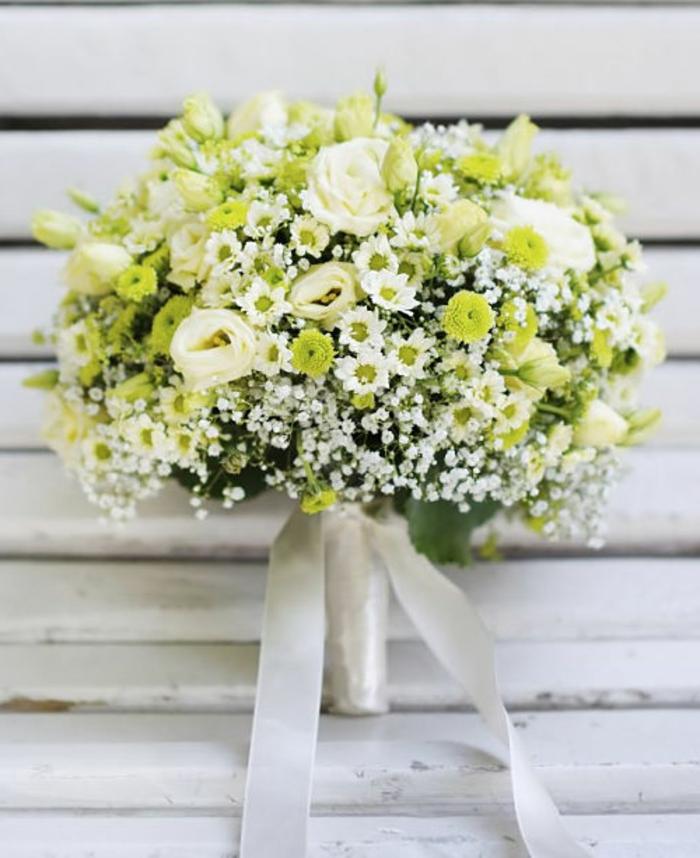 bouquet blanc avec des roses blanches et des gypsophiles, joli bouquet de mariée
