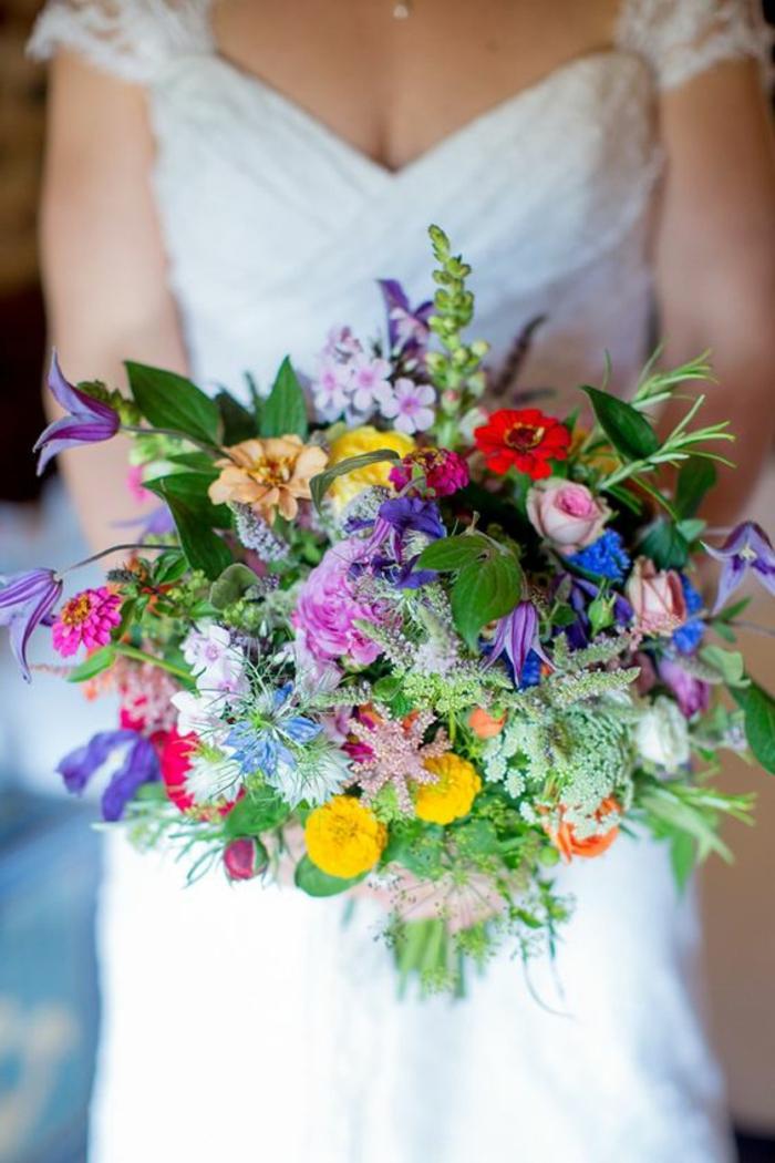 brassée de fleurs printanières, fleurs jaunes et bleues, petites touffes de fleurs sauvages assemblées