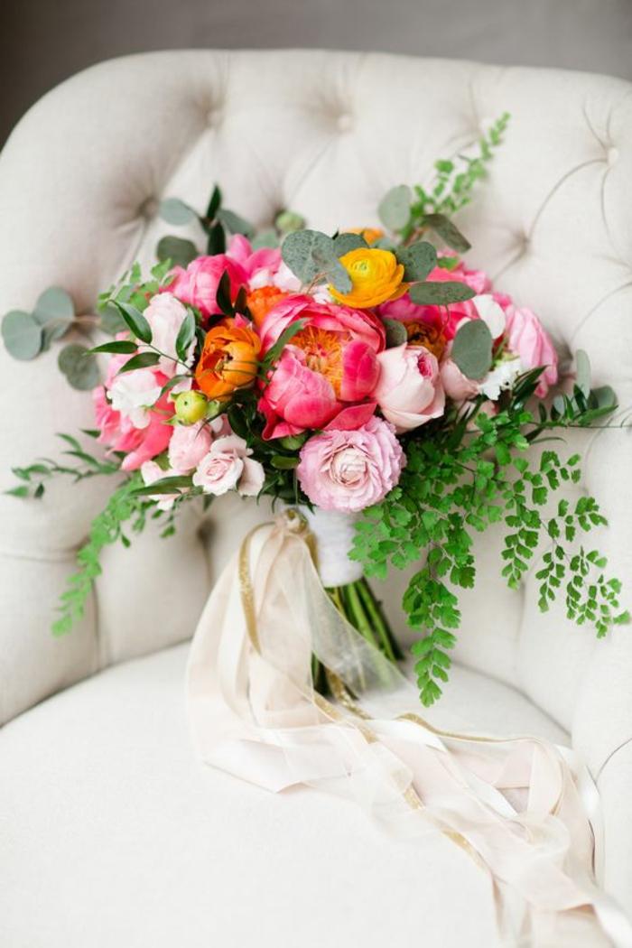 bouquet mariée pivoine et souci, feuilles vertes fraîches, déco bouquet feuillage