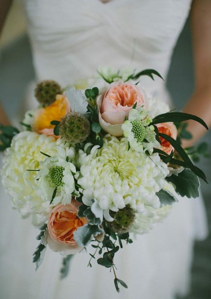 bouquet de chrysanthèmes et de roses sophistiqué, bouquet de fleurs champêtre