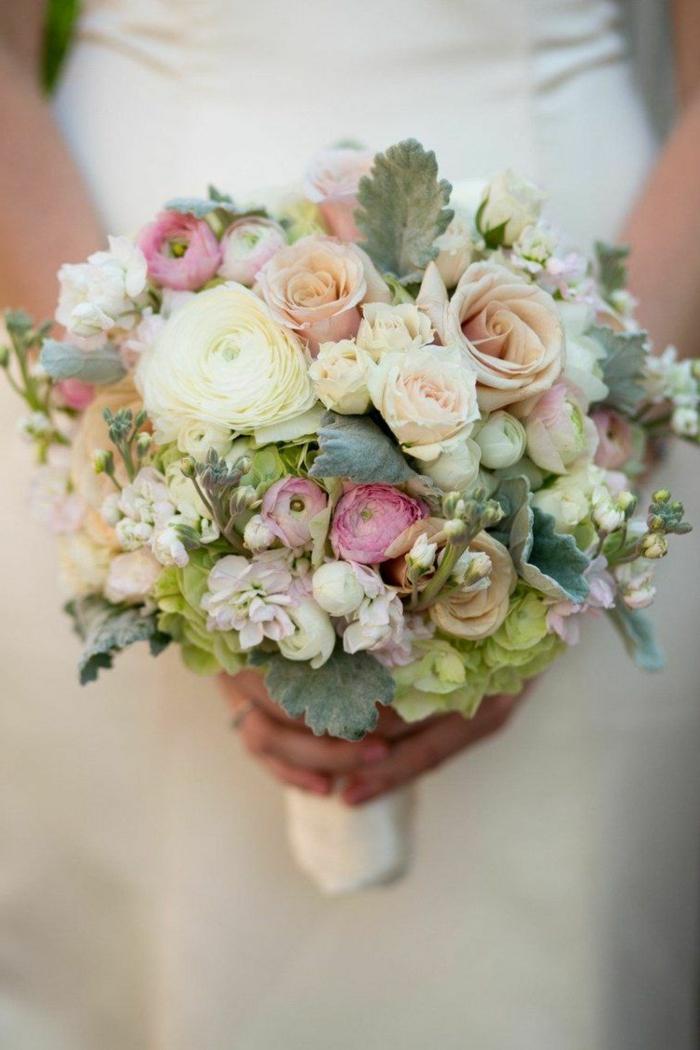 bouquet riche en fleurs et feuilles strictement arrangé pour un mariage boho