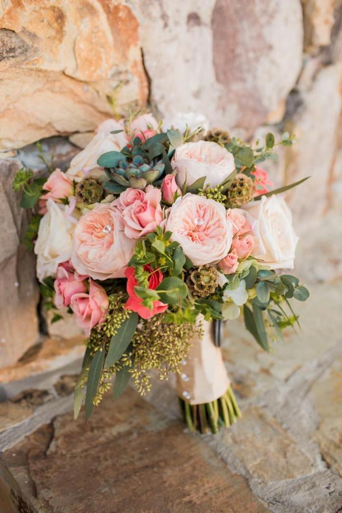 bouquet de mariée original, roses rustiques et plantes ornementales, décoration florale rustique