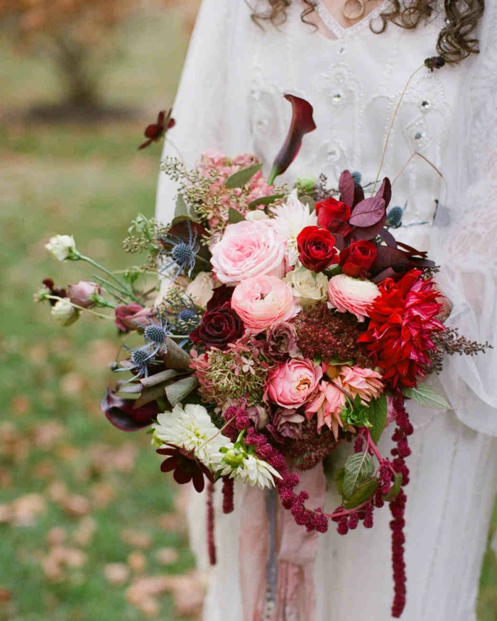 bouquet de mariée original, roses rouges et roses, bouquet très décoratif avec espèces différentes