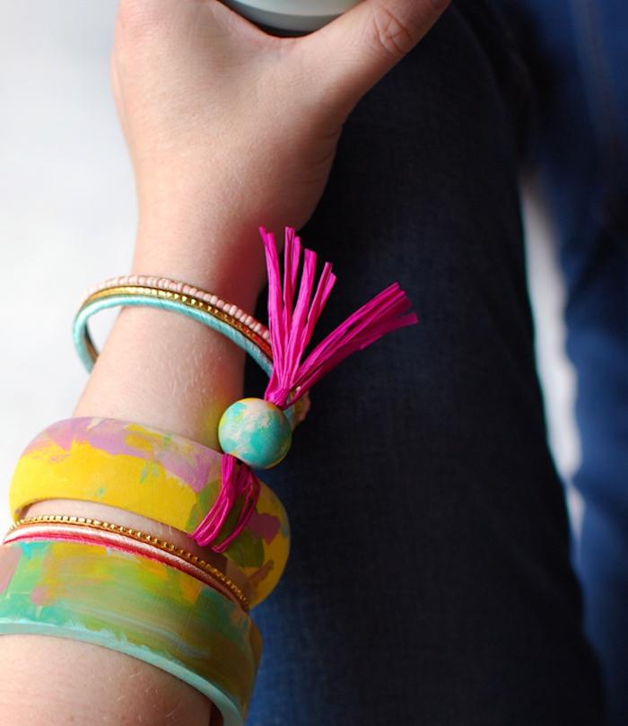 bracelet en bois décoré de motifs abstraits en peinture, cadeau fin d année maitresse a faire soi meme personnalisé