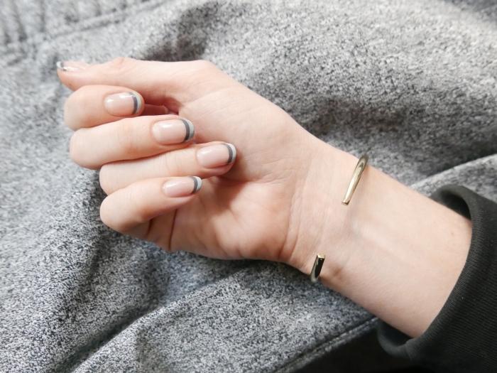idée pour une manucure simple avec base transparente et bouts bicolore à design français en gris clair et gris foncé