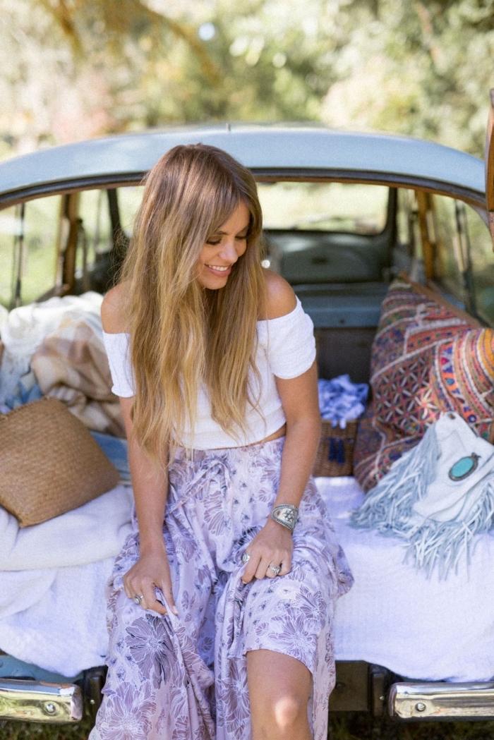 modèle de jupe mi longue taille haute de couleur violet pastel, coupe de cheveux femme avec frange de coloration balayage naturel