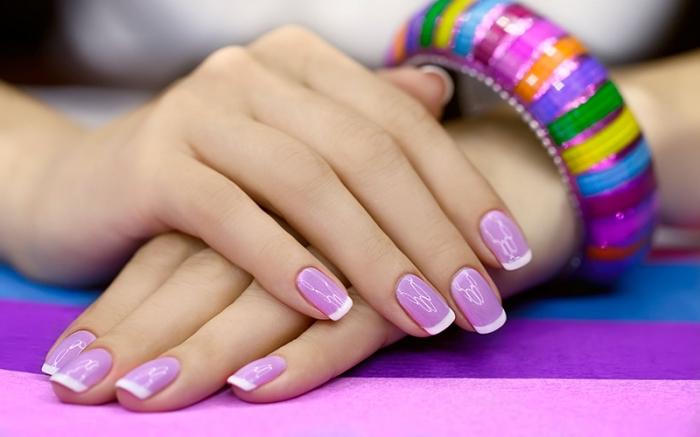 version violette de la manucure french, idée quelle couleur utiliser pour faire une manucure française en couleur tendance