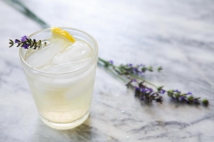faire une citronnade au jus de citron et fleurs séchées de lavande, idée boisson froide sans alcool et sans sucre