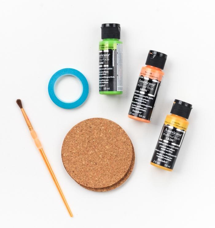 matériaux nécessaires pour fabriquer un dessous de verre en liège, sous verre simple, peinture couleurs variées, pinceaux, ruban de masquage