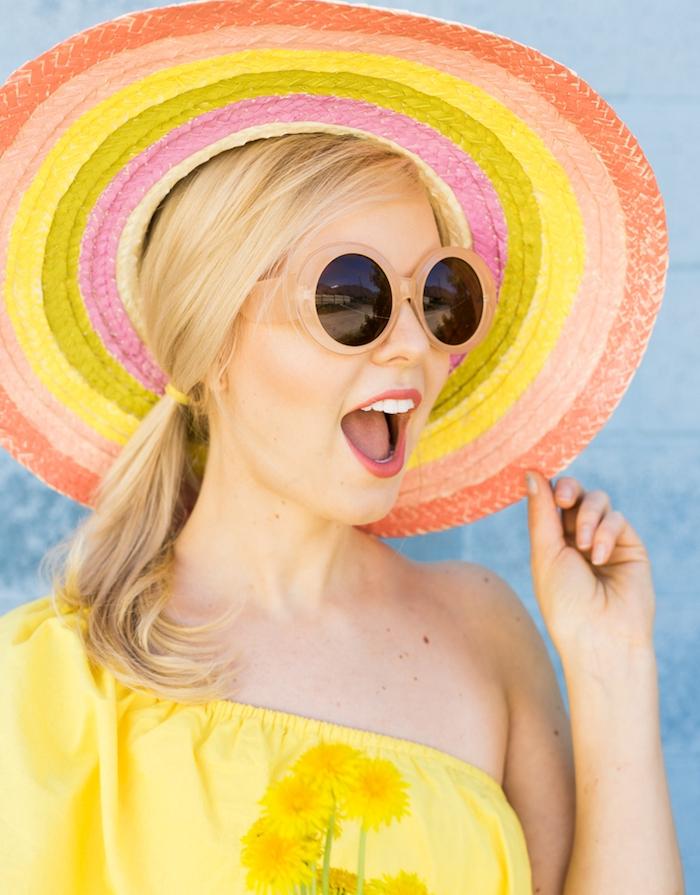 activité manuelle facile et rapide, un chapeau tressé à rayures colorées, top femme jaune, lunettes de soleil originales
