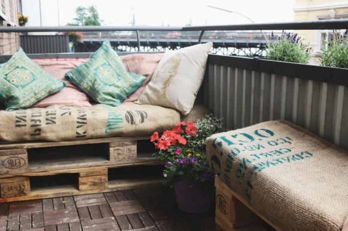déco de style industriel sur le balcon avec plancher brut et mobilier banc et tabouret en palette fait main couverts de coussins