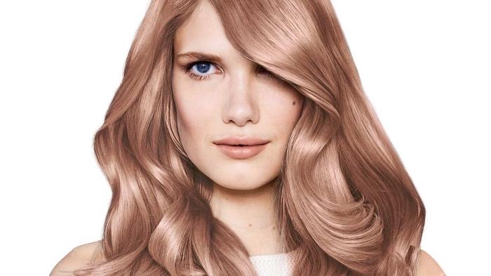 exemple coloration tendance de nuance rose gold aux reflets cuivrés, idée maquillage pour yeux bleus avec rouge à lèvres nude